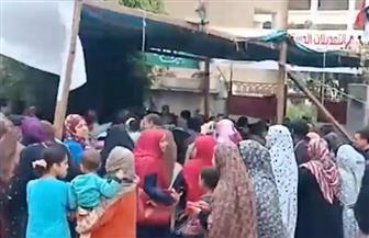 أهالي منشأة القناطر يتوافدون على اللجان للمشاركة في الاستفتاء | فيديو