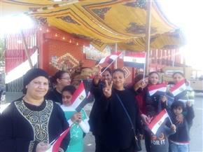 """إقبال كبير على لجان الاستفتاء في بورسعيد.. و""""مستقبل وطن"""" يوزع أعلام مصر على المشاركين"""