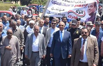 محافظ البحر الأحمر يتقدم مسيرة مؤيدة للتعديلات الدستورية بمدينة رأس غارب | صور