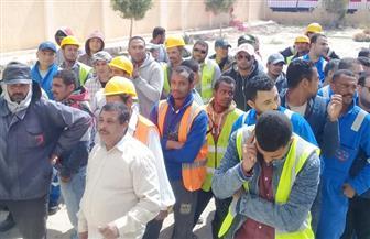 عمال البناء بمدينة العلمين الجديدة يشاركون في الاستفتاء على التعديلات الدستورية | صور