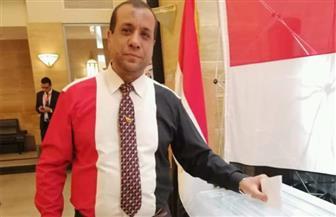 مشاركون بالاستفتاء فى جدة يرتدون قمصانا على هيئة علم مصر فى اليوم الأخير   صور