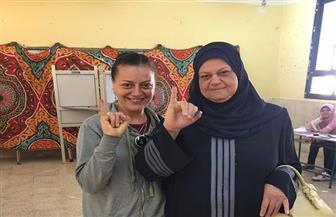 هبة عبد الغني تدلي بصوتها بصحبة والدتها في الاستفتاء على التعديلات الدستورية | صور