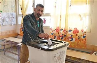 ياسر جلال ومحمد هنيدي يدليان بصوتيهما في الاستفتاء |صور