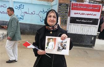 والدة الشهيد الرائد مصطفى سمير تشارك في الاستفتاء بكفرالشيخ