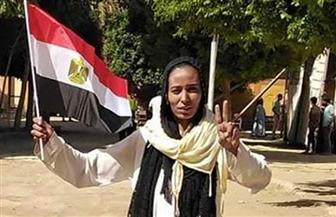 """سائقة التروسيكل """"مروة"""" التي كرمها الرئيس ترفع العلم وعلامة النصر أمام لجان الاستفتاء بالأقصر"""