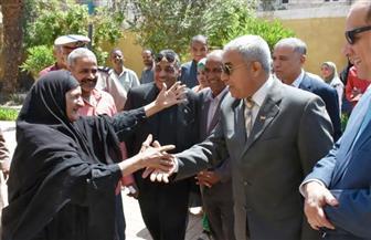 محافظ أسوان يواصل جولاته التفقدية للجان الاستفتاء وسط الزغاريد | صور