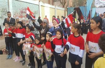 أطفال ينظمون مسيرة بالأغاني الوطنية أمام لجان الاستفتاء بإمبابة | صور وفيديو