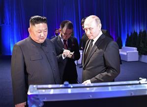 بوتين وكيم يتبادلان الهدايا ويتشاركان في مائدة واحدة | صور
