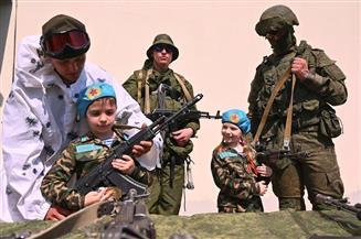 بالزي العسكري.. أطفال يكرمون قدامى المحاربين في روسيا   صور