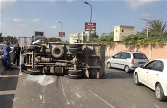 انقلاب سيارة محملة بـ30 طن عسل على الطريق الصحراوي بسوهاج