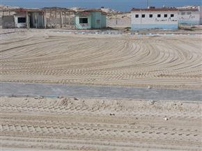 استعدادا لشم النسيم.. تكثيف أعمال النظافة وتمهيد الرمال بشواطئ مطروح  صور
