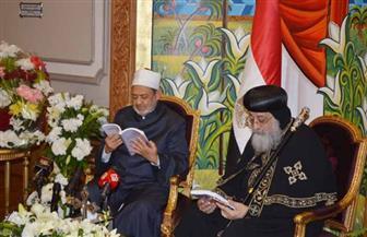 وزير الأوقاف يهدي الإمام الأكبر والبابا تواضروس نسختين من كتاب حماية دور العبادة