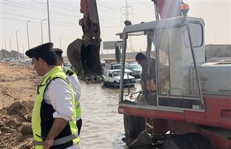 تباطؤ حركة السيارات بسبب كسر ماسورة مياه بالطريق الصحراوي