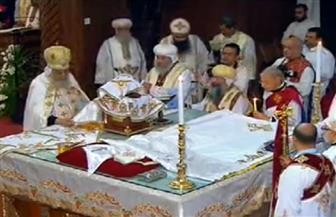 البابا تواضروس يجسد تمثيلية قيامة المسيح خلال القداس