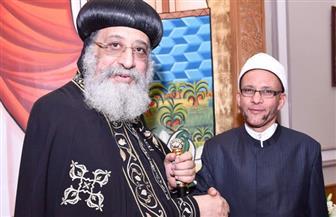 ممثل مجمع البحوث الإسلامية يلقي قصيدة شعر أثناء تهنئة البابا تواضروس بعيد القيامة   فيديو