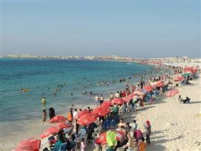توافد المواطنين على شواطئ مطروح في شم النسيم