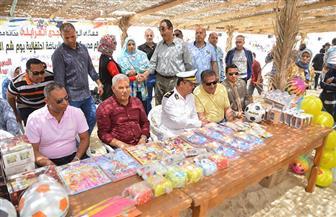 محافظ مطروح يشارك الأهالي والزائرين الاحتفال بشم النسيم على شاطئ روميل   صور