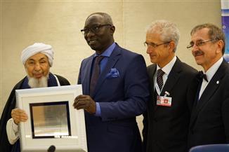 بن بيه يفوز بجائزة التميز الدولية لسفير الحريات الدينية والسلام بجنيف| صور