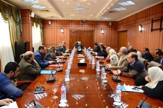 محافظ بورسعيد يطالب الأجهزة التنفيذية بالمحافظة بزيادة معدلات إنجاز المشروعات
