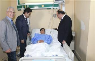 رئيس جامعة طنطا يطمئن على طفل اخترق صدره سيخ حديدي | صور