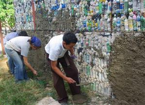 فلبينيون يبنون منازل من الزجاجات البلاستيكية للحفاظ على البيئة   فيديو