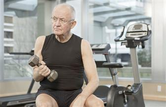 لكبار السن.. بمقعد و2 لتر مياه يمكنكم القضاء على تقلصات العضلات وجعل أجسامكم مرنة | صور