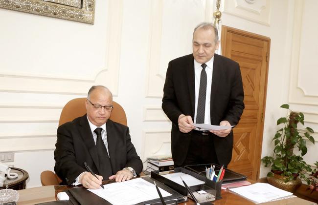 محافظ القاهرة يتفقد هبوطا أرضيا في محور صلاح سالم ويوجه بضبط حركة المرور -