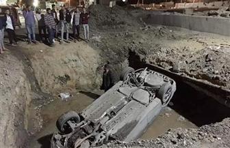 سقوط سيارة في حفره كبيرة لإصلاح خط مياه بالحوامدية | صور