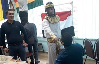 بالملابس الفرعونية.. طلاب مصريون يشاركون باحتفالية جامعة موسكو للدراسات النووية