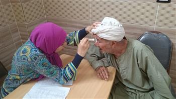 الكشف على 387 مواطنا بقافلة جنوب الوادي الطبية بقرية أبومناع بحري | صور
