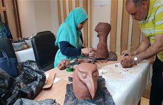 تشكيل الخزف باستخدام الطين الأسواني في ورشة فنية بالمركز الثقافي بطنطا | صور