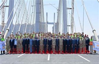 الرئيس السيسي يلتقط صورة تذكارية مع العاملين بمشروع محور روض الفرج وكوبري تحيا مصر الملجم