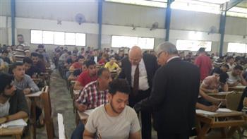 رئيس جامعة الزقازيق يتفقد لجان الامتحانات بكليتي التجارة والحقوق | صور