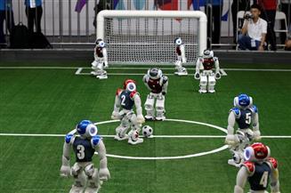 روبوتات تتنافس وتسجل أهدافا في ملعب لكرة القدم في الصين| صور