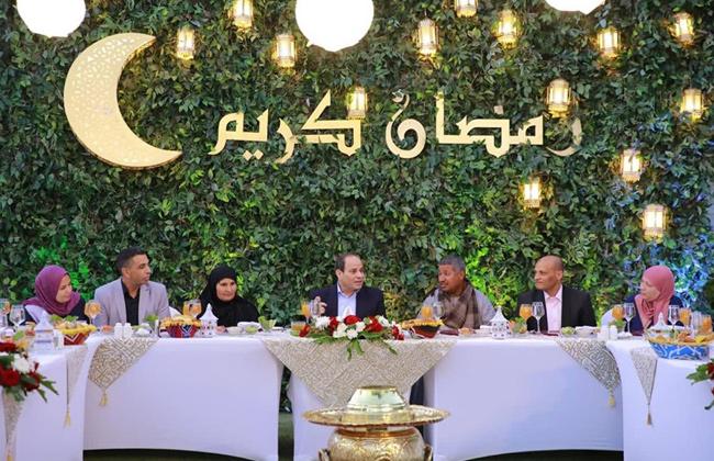 الرئيس السيسي يتناول الإفطار مع مواطنين من عدة محافظات صور وفيديو -