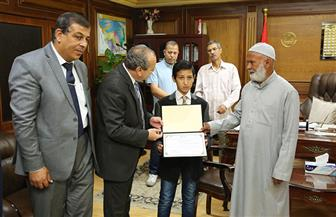 محافظ كفرالشيخ يكرم طالبا لتفوقه في دراسته وحفظه للقرآن الكريم | صور