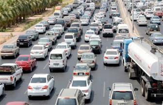 كثافات مرورية متحركة وانتشار مكثف لرجال المرور لتنظيم حركة السيارات