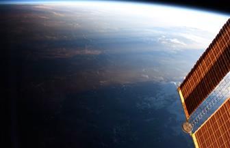 لقطة واحدة تجمع الخط الفاصل بين الليل والنهار على كوكب الأرض