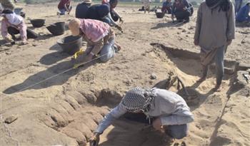 الكشف عن بقايا بيت أثري يرجع للعصر البطلمي بتونا الجبل | صور