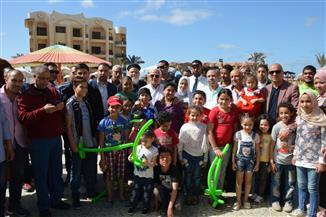 محافظ بورسعيد يشارك في اليوم الترفيهي لـ27 من أطفال مستشفي 57357 | صور