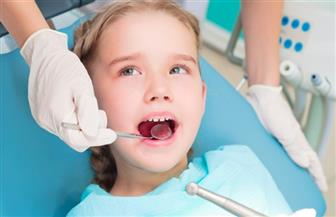 هل تهمل العناية بأسنان طفلك اللبنية لأن مصيرها الخلع؟ لا تشوه كلامه وفمه عند الكبر