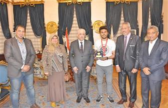 """وزير التعليم يستقبل الفريق المصري الفائز بجائزة التميز في مسابقة """"VEX Robotics""""   صور"""