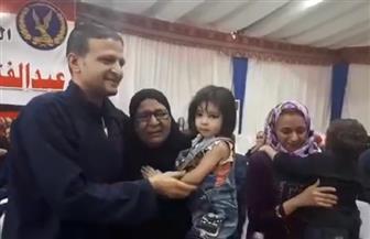 دموع الفرح.. أحد الغارمين يحتضن أفراد أسرته بحرارة عقب الإفراج عنه | فيديو