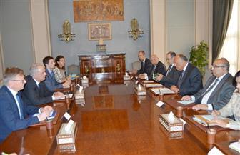شكري يبحث تعزيز العلاقات بين مصر والاتحاد الأوروبي مع المفوض الأوروبى للتعاون الدولي والتنمية