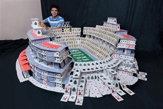 طالب بجامعة كفر الشيخ يصمم الإستاد والمباني الشاهقة باستخدام أوراق الكوتشينة | صور