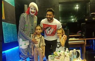 تامر حسني يستضيف طفلين من 57357 بمنزله  | صور