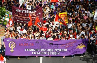 عشرات الآلاف من النساء يتظاهرن في سويسرا للمطالبة بالمساواة في الأجور