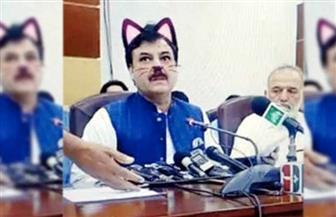وزير باكستاني يظهر على شكل قطة.. ويمازح الصحفيين: لست القط الوحيد