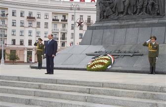 الرئيس السيسي يضع إكليلا من الزهور على النصب التذكارى في مينسك   فيديو