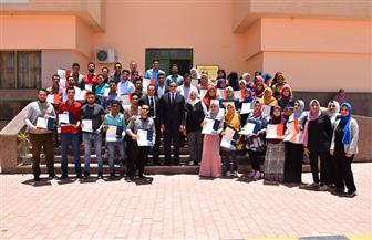 رئيس جامعة سوهاج يكرم 126 طالبا اجتازوا دورة اللغة الإنجليزية |صور